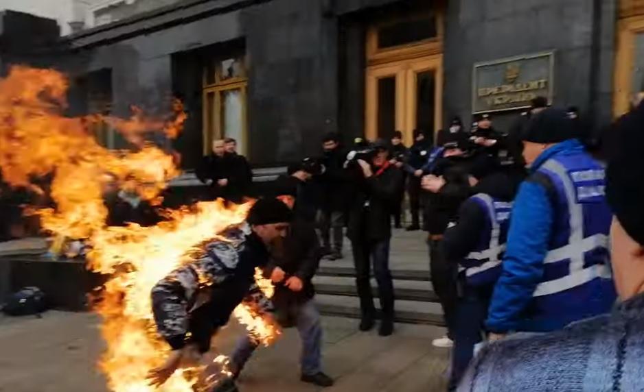 Под Офисом президента мужчина совершил самоподжог: появилось видео. Новости Украины