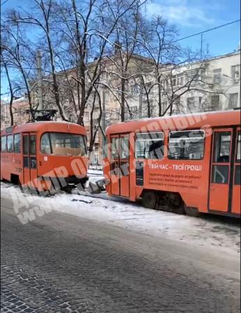 В центре Днепра трамвай сошел с рельсов: движение парализовано. Новости Днепра