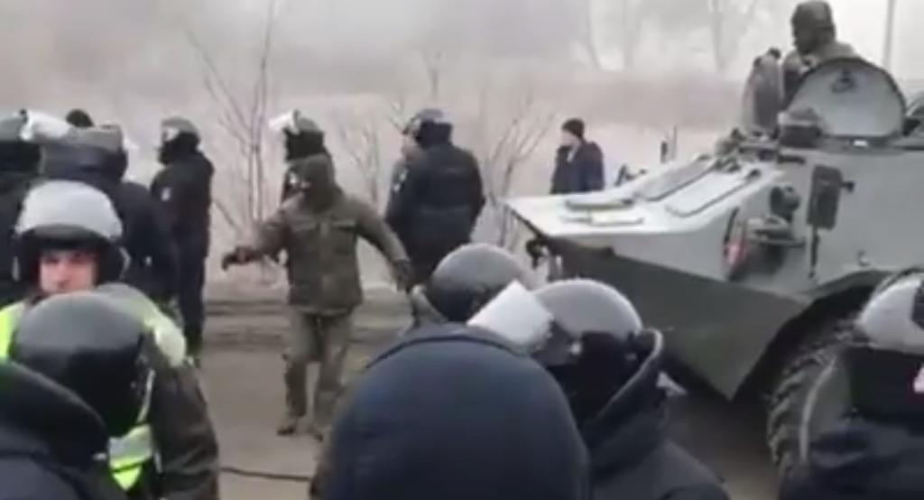 Протесты против приема украинцев из Китая: силовики применили военную технику. Новости Украины