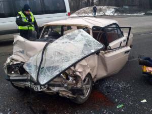 Автомобиль сильно деформировался, водителя доставали спасатели. Новости Днепра