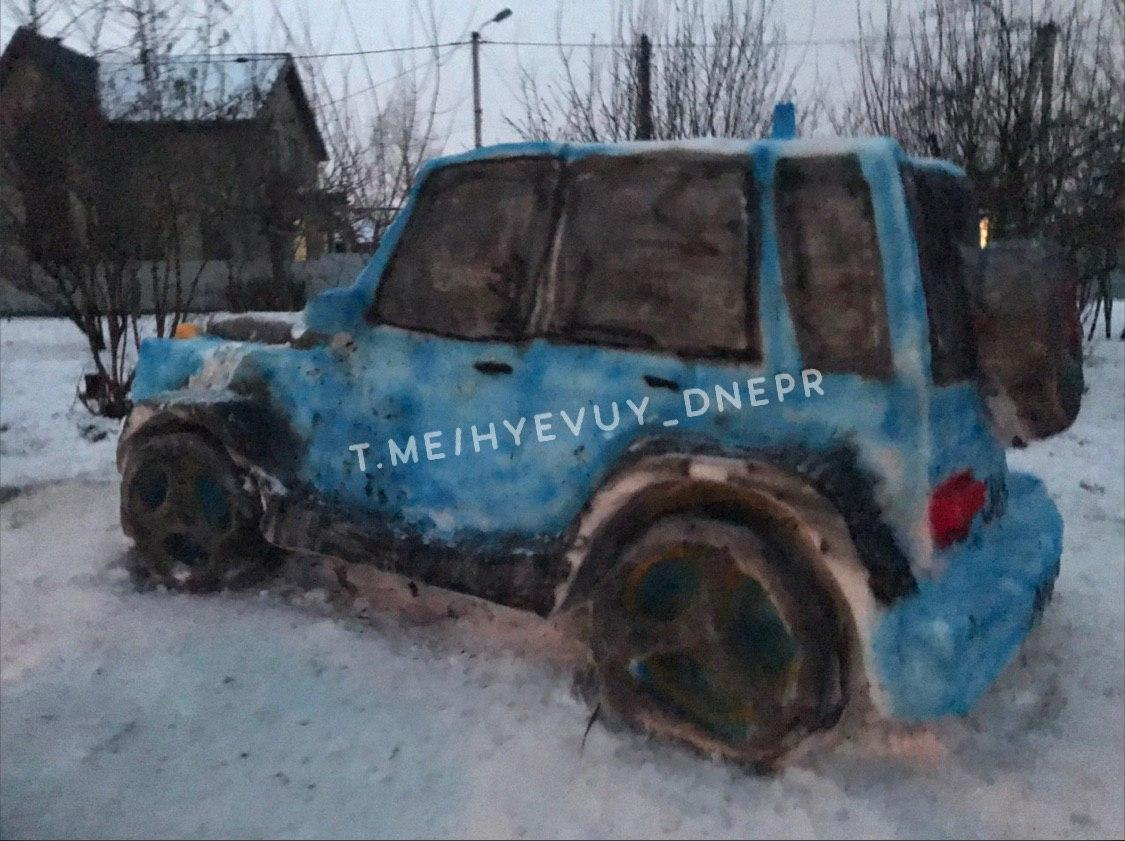 Полицейская машина из снега в Днепре: реакция патрульных и новый «креатив» авторов. Новости Днепра