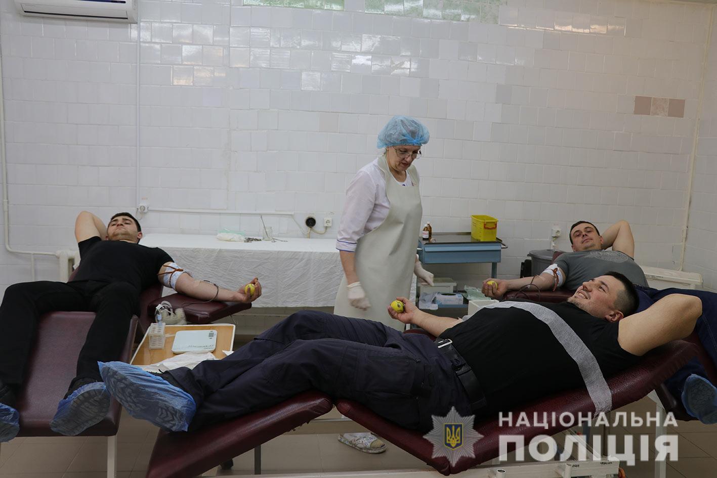 В Днепре полицейские сдавали кровь для водителя, который пытался остановить убийцу патрульных. Новости Днепра.