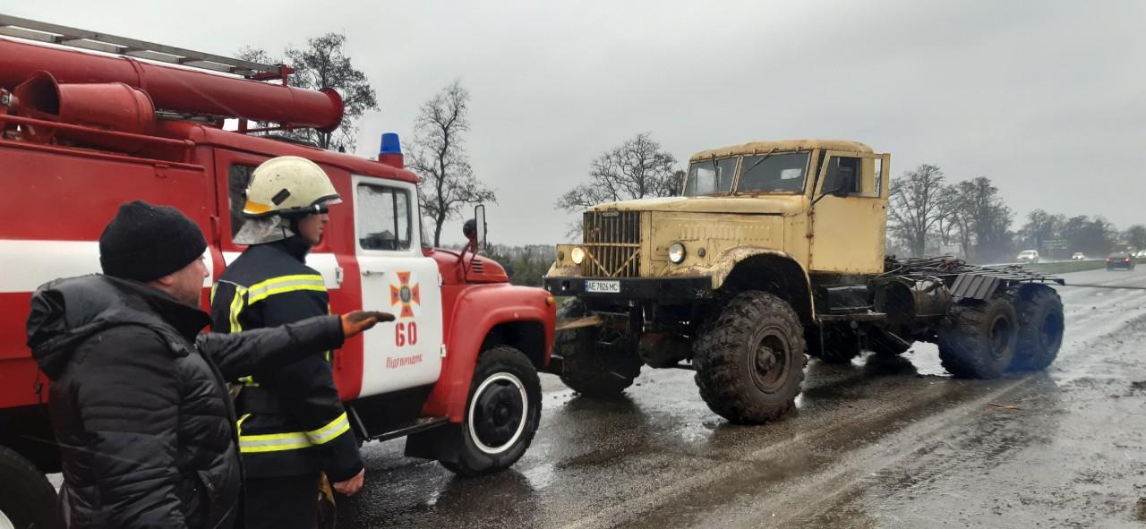 Под Днепром фура слетела с трассы и застряла. Новости Днепра