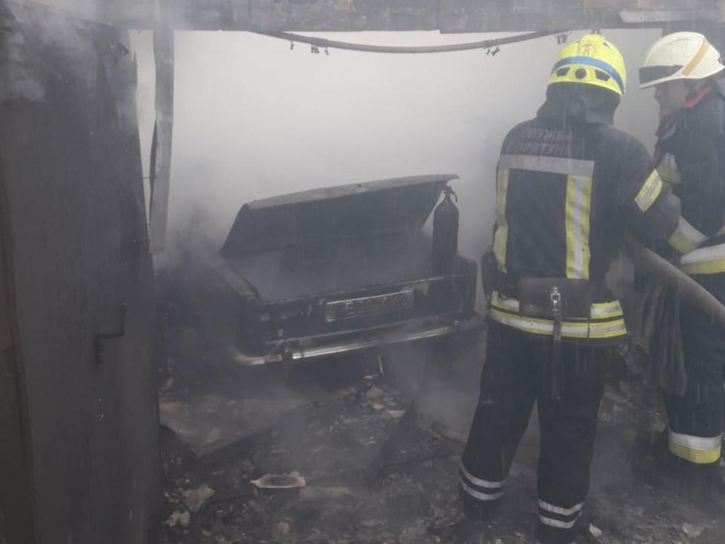 В Днепре горел гараж с авто: пострадал мужчина. Новости Днепра