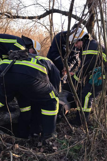 Спасатели вызволяли мужчину, который упал в колодец. Новости Днепра