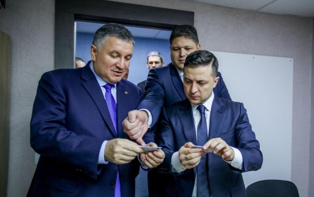 В Украине начали выдавать ID-карты с электронной подписью: первую получил Зеленский. Новости Украины