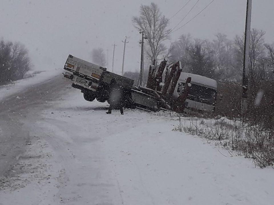 Под Днепром на трассе перевернулся грузовик. Новости Днепра