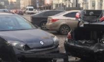 В центре Днепра у водителя заклинило педаль, и он снес 2 машины: видео момента аварии