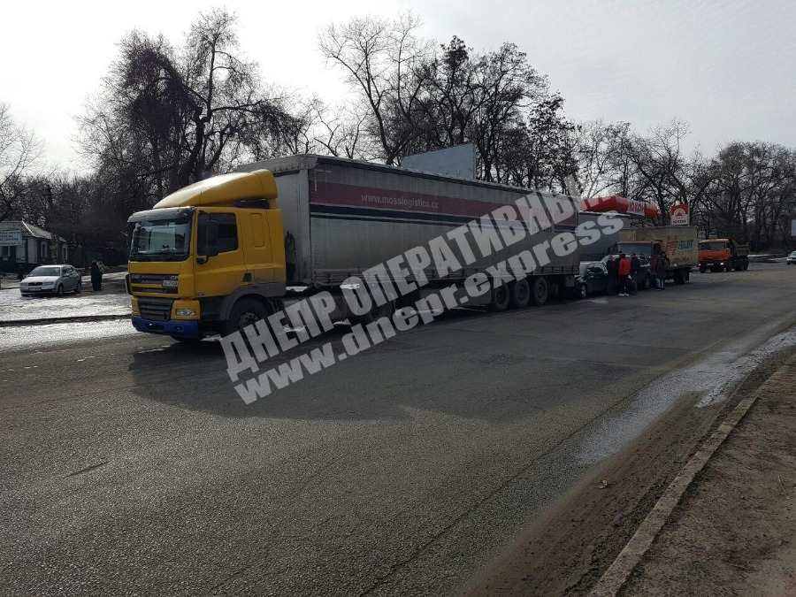 Масштабное ДТП в Днепре: столкнулись фура, грузовик и 2 легковых авто. Новости Днепра