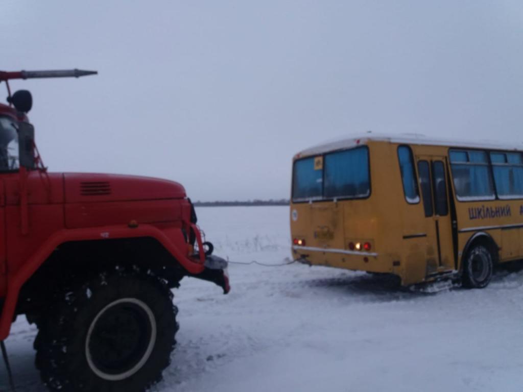 Последствия стихии: в снегу застрял школьный автобус. Новости Днепра