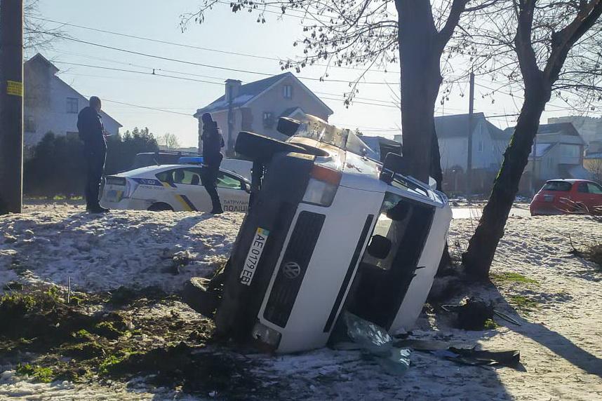 В Днепре авто перевернулось и влетело в дерево: есть пострадавшая. Новости Днепра