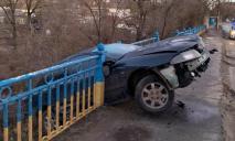 «Повис на краю»: автомобиль чуть не слетел с моста в обрыв