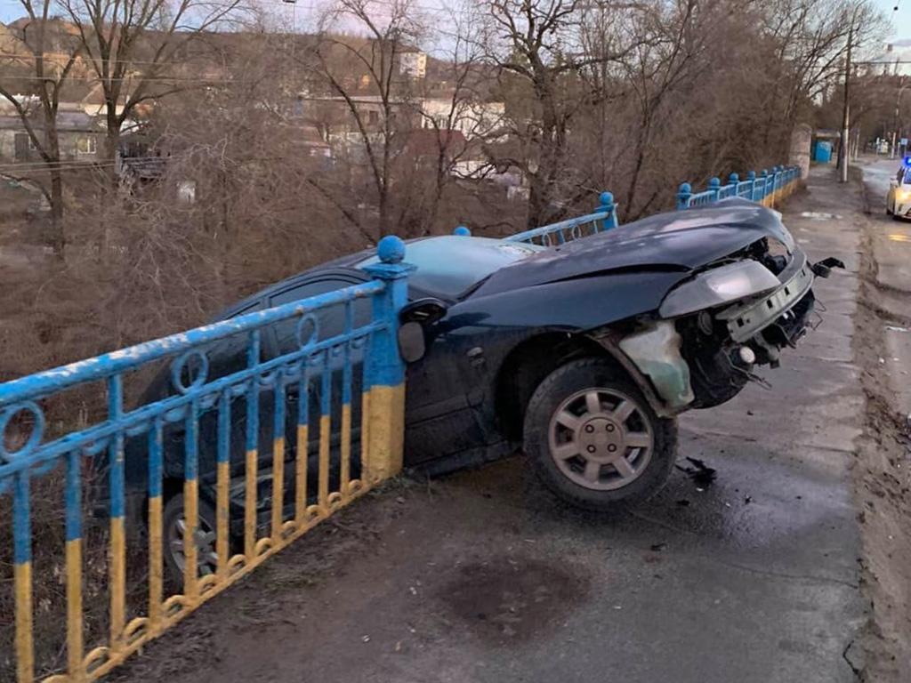 В Кривом Роге авто чуть не слетело с моста. Новости Днепра