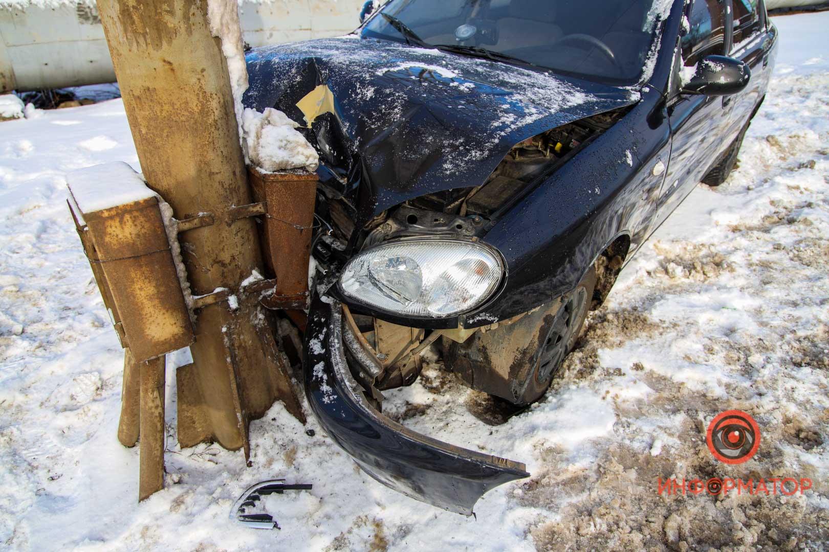 В Днепре у Амурского моста авто влетело в столб. Новости Днепра