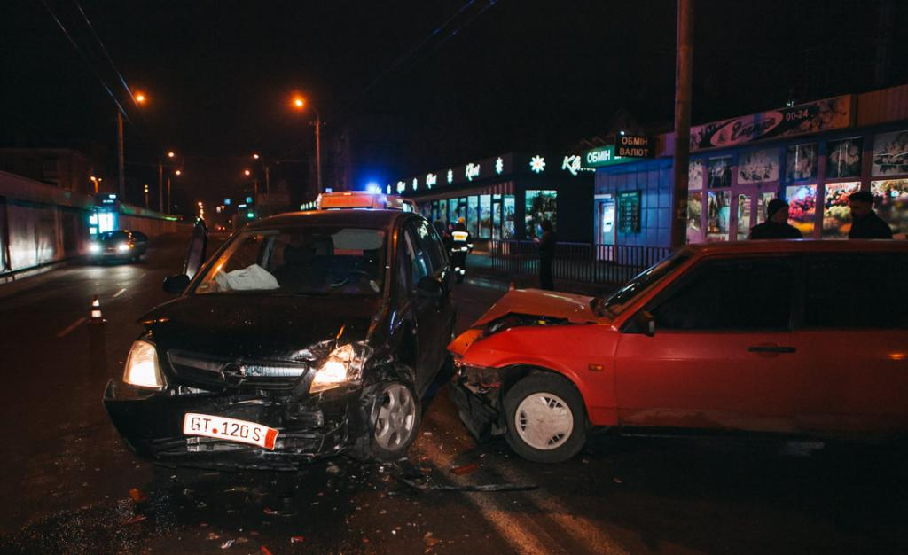 Лобовое столкновение в Днепре: двое пострадали, водитель сбежал. Новости Днепра