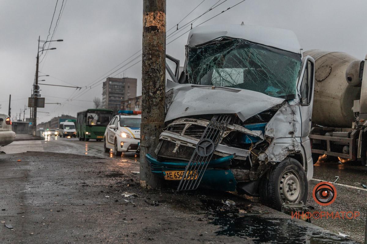 В Днепре маршрутка с пассажирами влетела в столб: видео момента ДТП. Новости Днепра