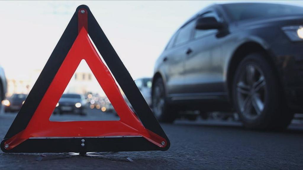 На перекрестке столкнулись 2 авто: видео момента ДТП в Днепре. Новости Днепра
