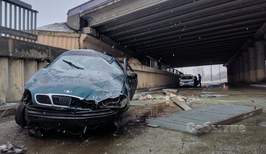 В Каменском авто слетело с моста. Новости Днепра