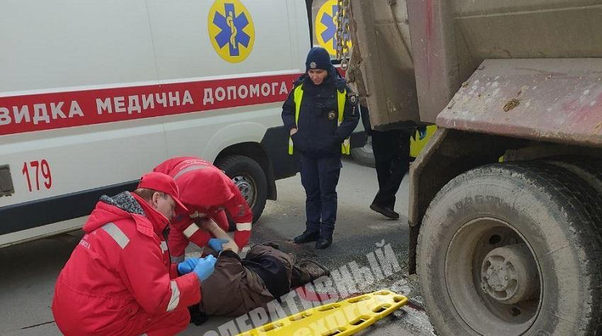 Видео момента ДТП: грузовик переехал мужчину. Новости Днепра