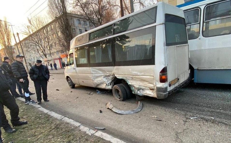 Появилось видео ДТП с авто, маршруткой и троллейбусом в Днепре. Новости Днепра