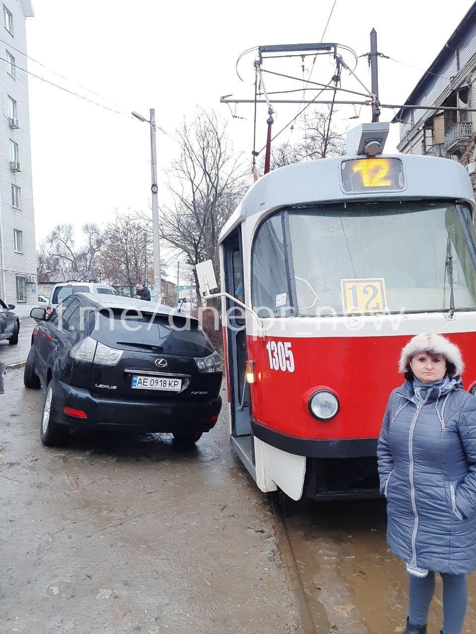 «Мастер парковки»: в Днепре автохам заблокировал трамваи. Новости Днепра