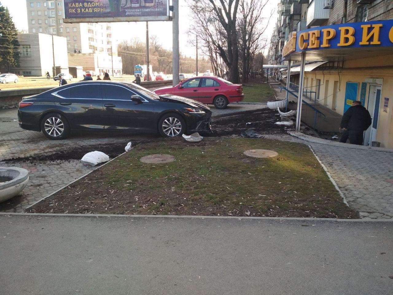 В Днепре авто на большой скорости слетело с дороги на пешехода. Новости Днепра