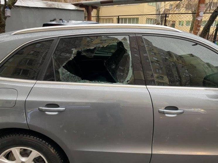 Новости Днепра про В Днепре разгромили машину: украли сумку с документами и кошелек
