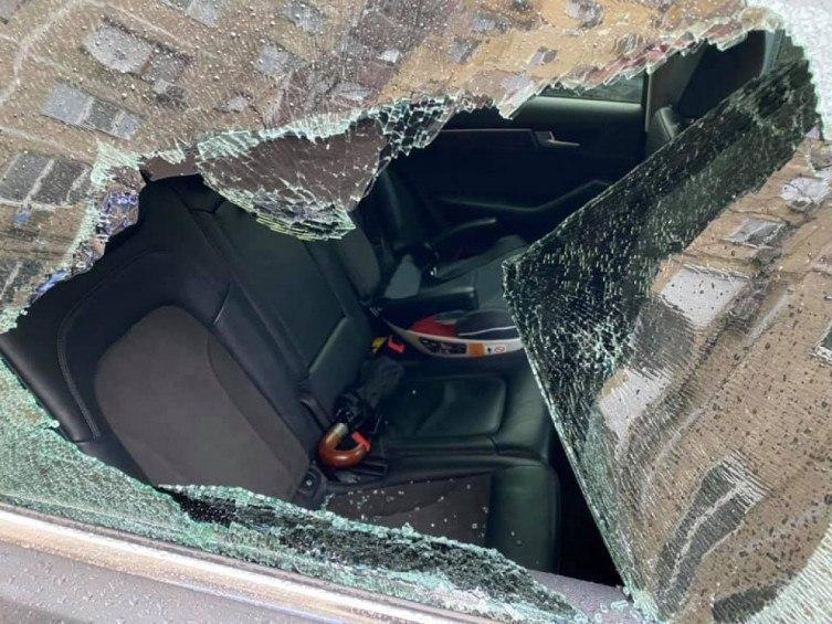 Неизвестные разгромили и обокрали машину. Новости Днепра