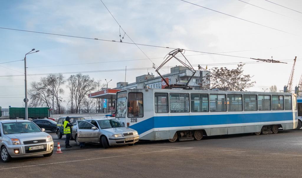 ДТП в Днепре: трамвай врезался в легковушку. Новости Днепра