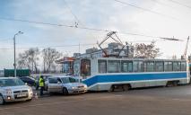 ДТП в Днепре: трамвай врезался в легковушку