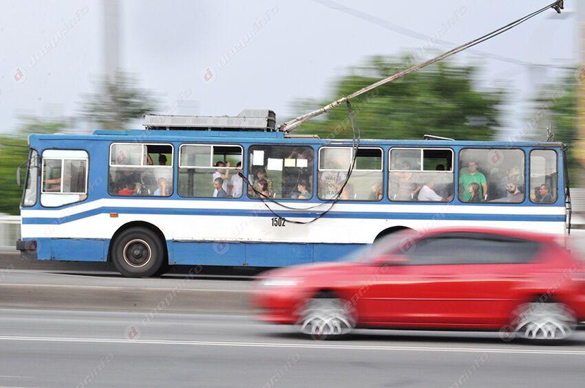 «Душ за 6 гривен»: в Днепре в троллейбусе «пошел дождь». Новости Днепра