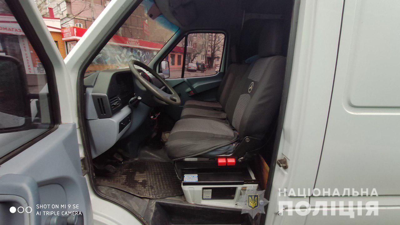 Увидел сумку в авто: в Днепре иностранец ограбил женщину. Новости Днепра