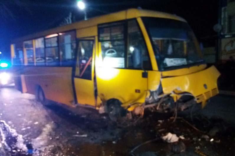 Столкнулись легковушка и автобус с пассажирами. Новости Днепра