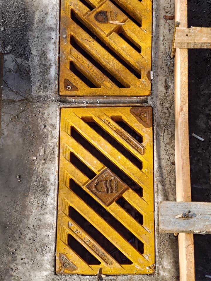 В центре Днепра появились решетки для ливневок с логотипом города. Новости Днепра