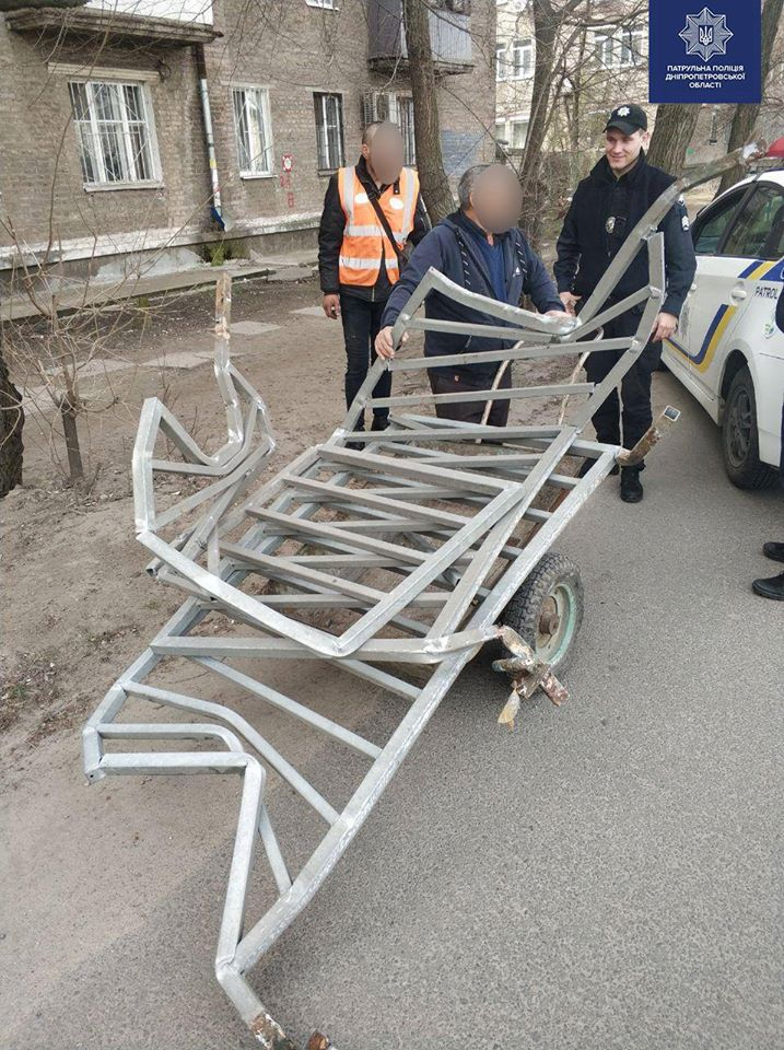 «Почетные» горожане: в Днепре мужчины украли ограждение проезжей части. Новости Днепра