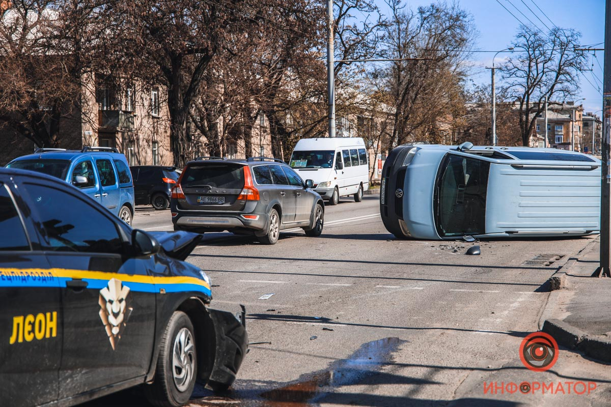 В Днепре из-за ДТП перевернулся микроавтобус: видео столкновения. Новости Днепра