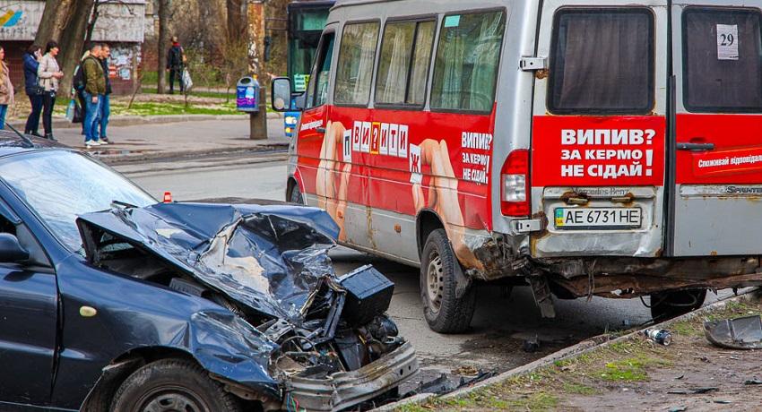 В Днепре произошло серьезное ДТП с маршруткой: видео столкновения. Новости Днепра