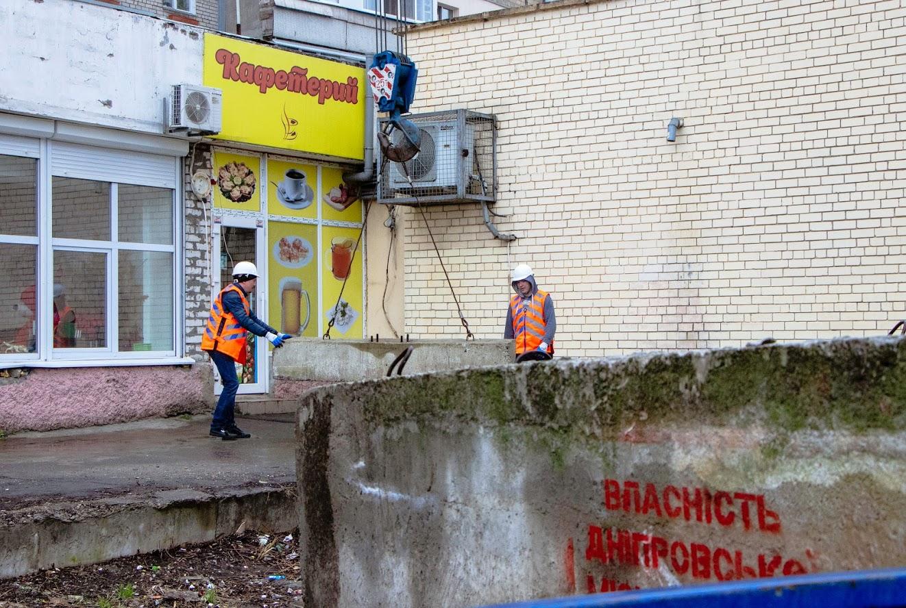 В Днепре незаконные наливайки блокируют бетонными плитами. Новости Днепра