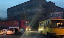 В Днепре автобус попал в ДТП: 4 пострадавших