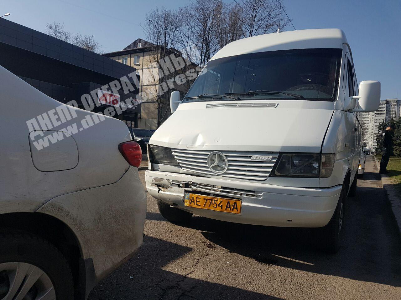 В Днепре маршрутка попала в ДТП: пострадала женщина. Новости Днепра