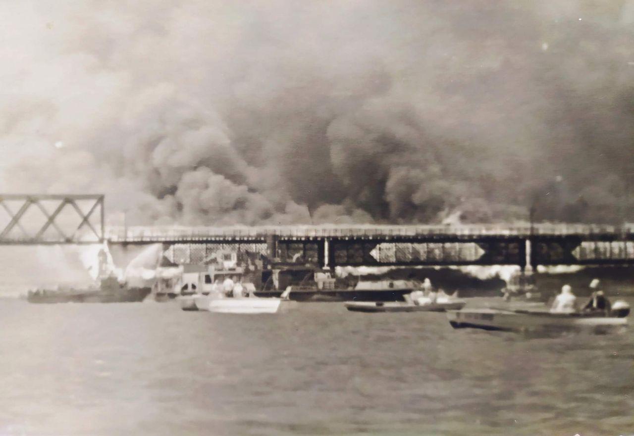Как в Днепре горел деревянный мост: появилось уникальное фото. Новости Днепра