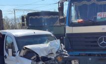 Видео момента ДТП: у моста в Днепре «легковушка» влетела в грузовик