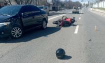 У Дніпрі авто збило мотоцикл: є постраждалі