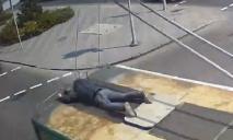 «Ничего себе поездочка»: в Днепре мужчина катался на крыше троллейбуса