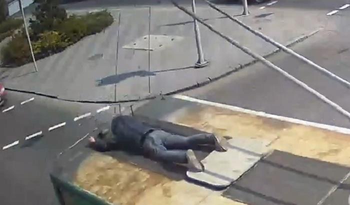 В Днепре мужчина катался на крыше троллейбуса. Новости Днепра