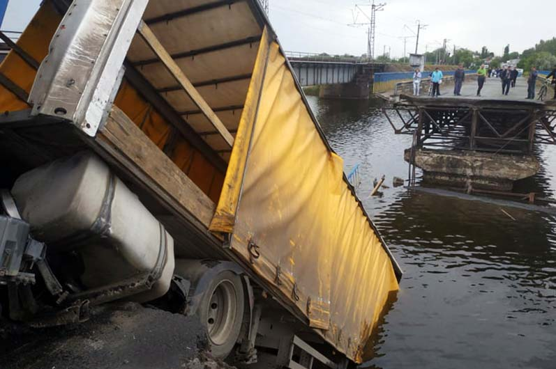 Необходимо достать прицеп и тягач грузового автомобиля, они находятся под водой. Новости Днепра