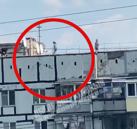 Школьники повисли на высоком здании. Новости Днепра