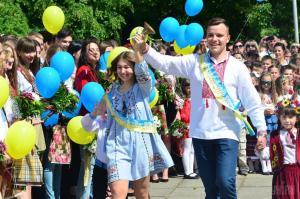 Директора днепровских школ поздравили учащихся с последним звонком. Новости Днепра