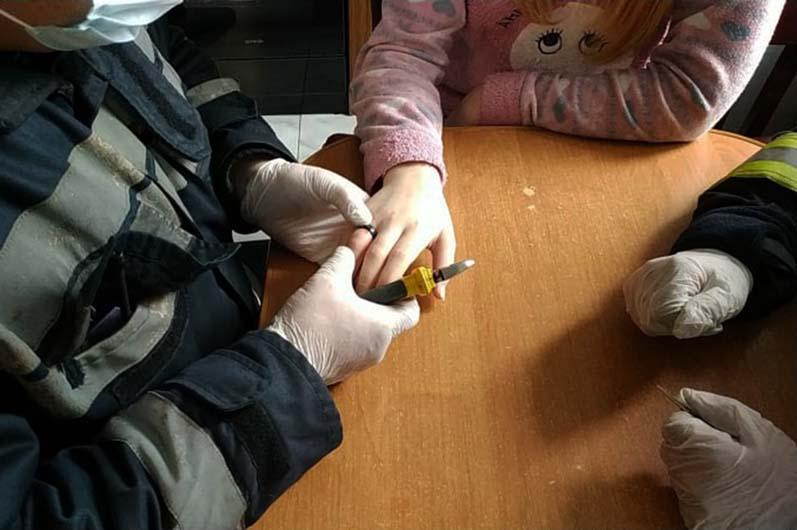Несовершеннолетней пришлось сделать укол обезболивающего, чтобы она могла выдержать сложную процедуру. Новости Днепра