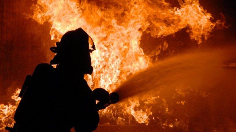 Пожарные устраняют огонь. Новости Днепра